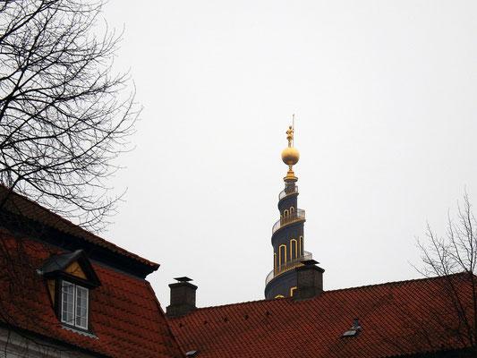 Vor Frelsers Kirke - Der Legende nach stürzte sich der Architekt,  Lauritz de Thurah,  vom Turm, als er erkannte, dass der Turm sich in die falsche Richtung (gegen den Uhrzeigersinn) dreht. Tatsächlich starb er erst 7 Jahre nach Vollendung des Turmbaus.
