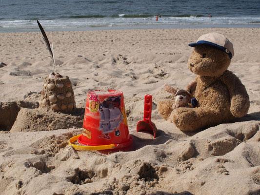 unsere Sandburg und wir am Strand von Sylt, Westerland