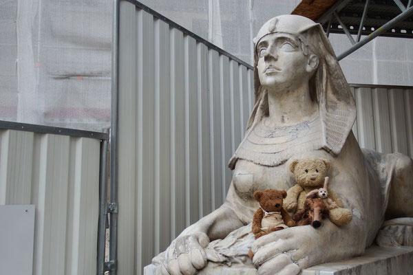 Huch, ein Sphinx am Eingang der Ungarischen Staatsoper.