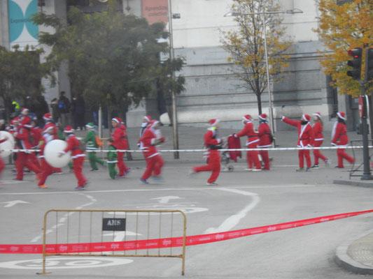 oha - wie in Warschau vor einem Jahr - Treffen der Weihnachtsmänner und -frauen