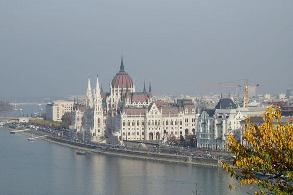 Blick von Buda auf Pest, Parlamentsgebäude