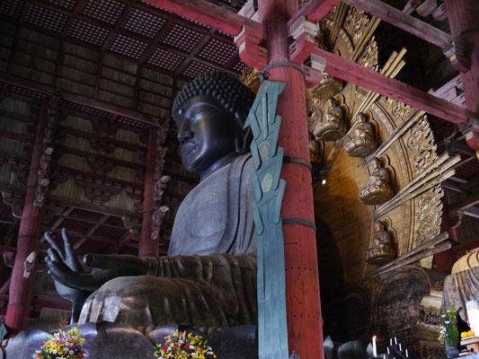 im Tempel Todai-ji in Nara - die größte buddhistische Bronzestatue, 16,2 m hoch