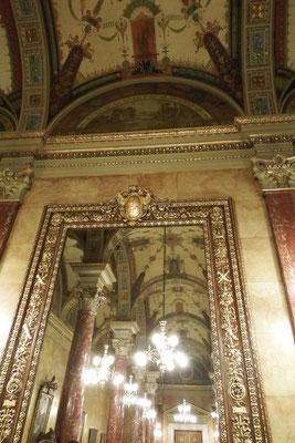 Innenarchtiketur im Eingangsbereich der Ungarischen Staatsoper