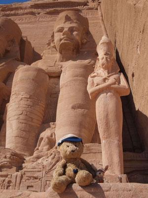 wir am Fuße der Tempel von Abu Simbel, ca. 1250 v.Chr.