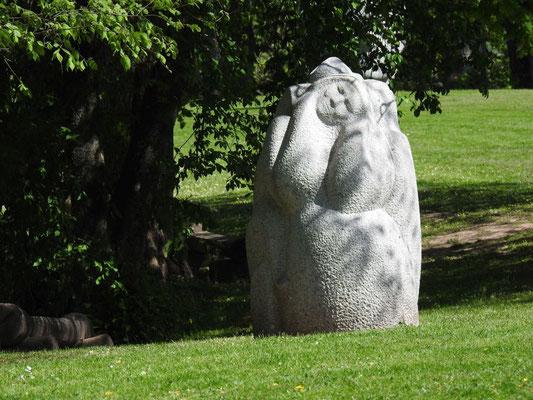 Naturstein-Skulptur des Bildhauers Indulis Ranka im Gauja Nationalpark auf dem Dainu-Berg