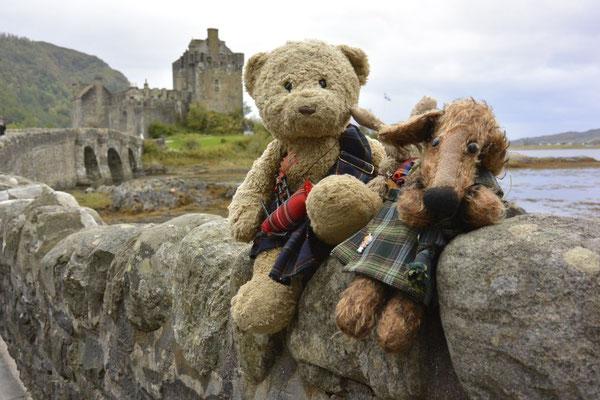 Kasimir, Cäsar und Fredi vor dem Eilean Donan Castle in Schottland