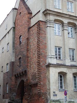 Originalüberreste eines Gebäudes in Warschau