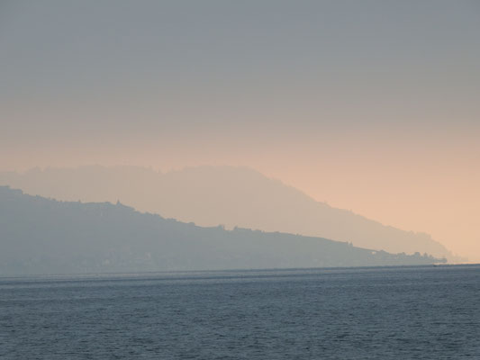 nebliger Sonnenaufgang am Genfer See
