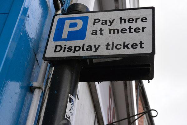Äh.... hier muss man das Parken per Meter bezahlen?!