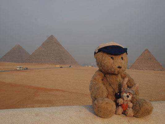 wir an den Pyramiden von Gizeh, ca. 2600 v.Chr.