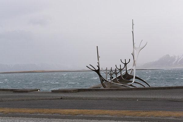 Sonnenfahrt von Jón Gunnar Árnason, an der nördlichen Küstenstraße Sæbraut
