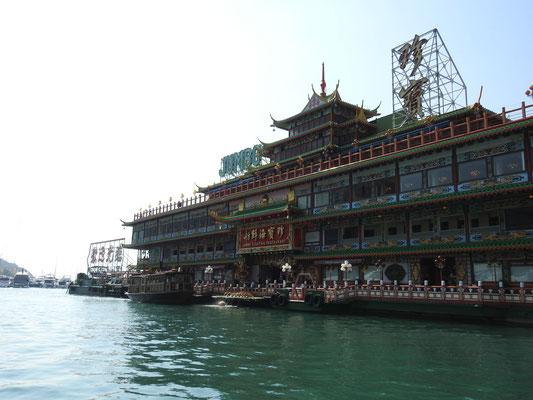 Blick vom Sampan auf ein riesiges (deshalb hieß es auch Jumbo) schwimmendes Restaurant