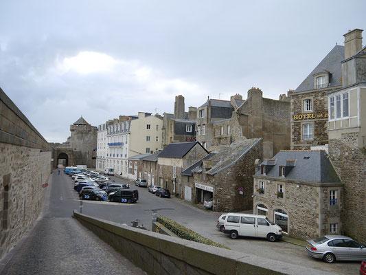 rechts ist unser Hotel in St. Malo