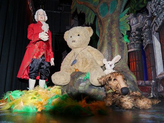 Kasimir, Cäsar und Fredi mit Herrn Mozart hinter der Bühne