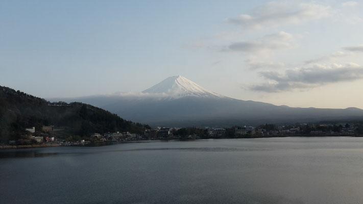 富士山 Fuji-san , Vulkan , 3776,24 m Höhe über dem Meeresspiegel der höchste Berg Japans. Sein Gipfel befindet sich auf der japanischen Hauptinsel Honshū.
