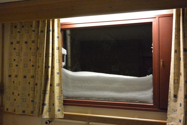 Unser Blick aus dem Fenster unseres Zimmers, soweit es der Schnee zuläßt.