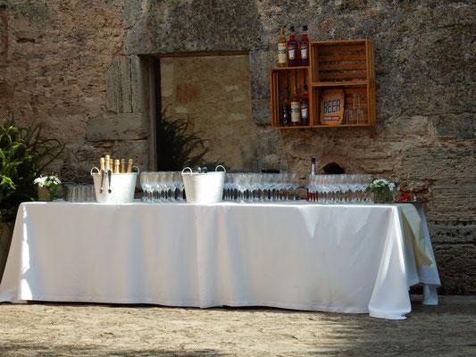 der Champagner wartet auf die Hochzeitsgäste