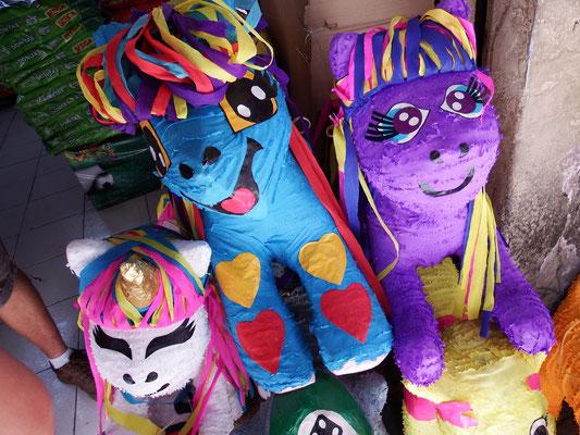 Aaah, Piñatas! Die Figuren sind aus Pappmaché, werden mit Süßigkeiten gefüllt, auf Fetsen aufgehängt und mit Stöcken zerschlagen. The Winner is wer fängt.