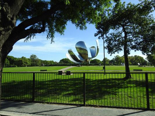 Flor de metal in der Piazza Naciones Unidas, Buenos Aires - schließt sich bei Dunkelheit und öffnet sich bei Tageslicht