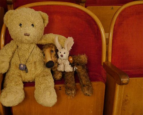 Kasimir, Cäsar und Fredi warten gespannt darauf, dass der Vorhang aufgeht