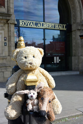 Kasimir, Cäsar und Fredi vor der Royal Albert Hall in London