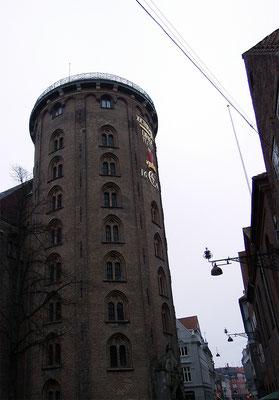 Rundetårn - König Christian IV. ließ ihn 1637 bis 1642 nach Plänen des Architekten Hans van Steenwinckel d. J. errichten. Er diente bis 1861 als Observatorium der Uni Kopenhagen u. beherbergt heute noch das älteste funktionsfähige Observatorium Europas.