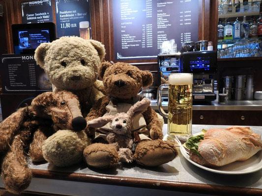 Wir - Kasimir, Cäsar, Fredi und Kerl - nutzen die Zeit bis zum Check-In für ein gepflegtes Bier, Prost
