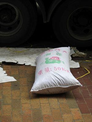 Hier isser, der berühmte Sack Reis, der in China umgefallen ist.