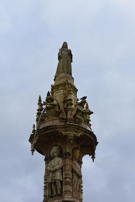 Doulton Fountain Glasgow, mit 14 Meter Höhe und mehr als 21 Meter Basisdurchmesser der größte und besterhaltenste Terracotta-Brunnen der Welt