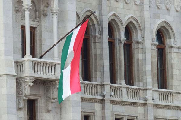 Ungarisches Parlament - äh, ein Loch in der Flagge? Aaah, da wurde 1956 das sozialistische Wappen rausgeschnippelt.