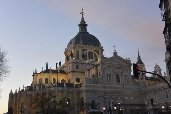 Santa María la Real de La Almudena in der Dämmerung