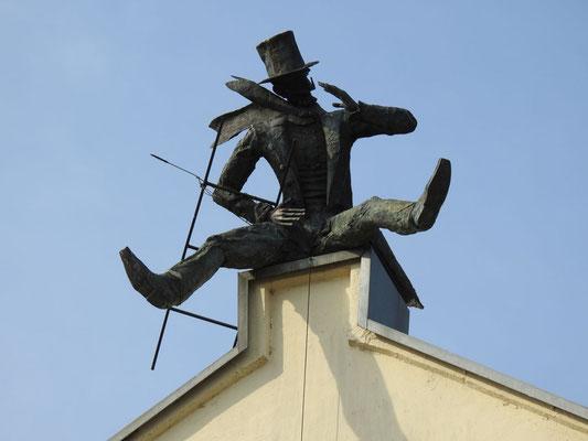 """Skulptur """"Kaminkrėtys"""" (""""Der Schornsteinfeger"""")  am Ufer der Danė , ein Geschenk des Unternehmens """"Pamario restauratorius"""""""