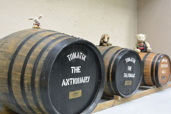 Kasimir, Cäsar und Fredi besichtigen die Whisky-Destillerie in Inverness, Schottland