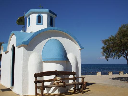 wir - Kasimir, Cäsar, Fredi und Kerl - vor einer typisch griechischen Kapelle auf Kreta