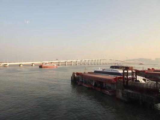 Macau ist auch über eine Brücke erreichbar, wir haben uns jedoch ...