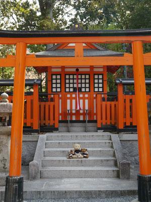 wir vor einem Shintō-Schrein für unsere Größe