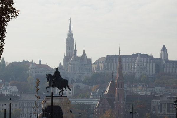 Blick auf Pest vom Ungarischen Parlemt aus