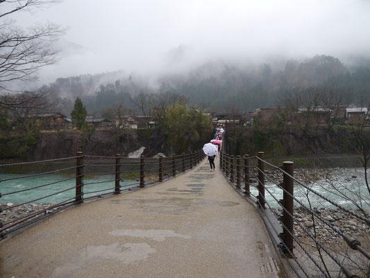 Shirakawagō - mit schwankender (!) Brücke