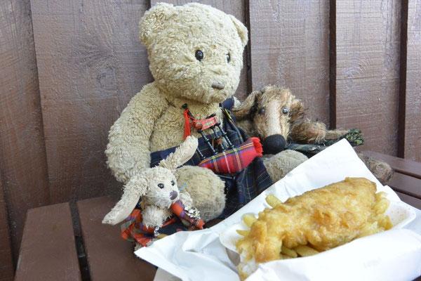 Kasimir, Cäsar und Fredi geniessen landestypisch fish 'n' chips mit salt 'n' vinegar (Malzessig, hmmm)
