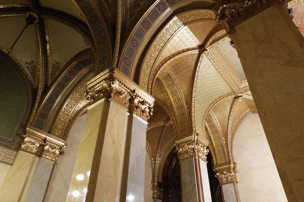 Rundbögen im Ungarischen Parlament