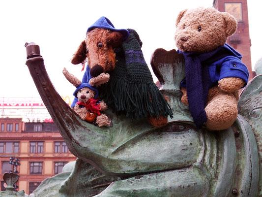 Cäsar, Fredi und Kasimir auf einem Drachen vor dem Rathaus in Kopenhagen