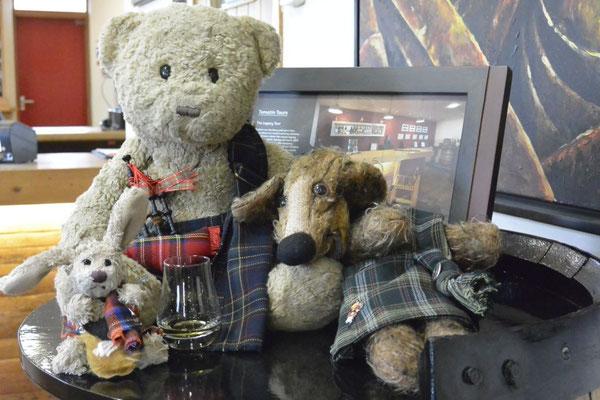 Kasimir, Cäsar und Fredi verkosten Whisky in der Destillerie in Inverness, Schottland
