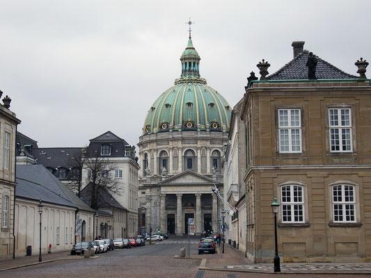 Die Frederikskirche, auch Marmorkirche genannt, ist in unmittelbarer Nähe des Schlosses Amalienborg. Die begehbare Kuppel durchmisst 31 m, ruht auf 12 Säulen und ist das größte Kirchengebäude in Skandinavien. Vorlage war der Petersdom in Rom.