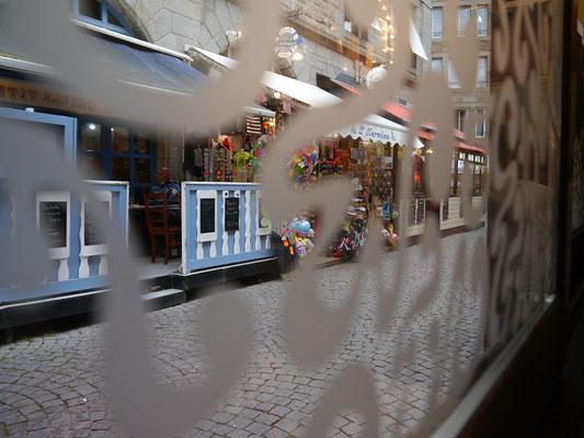 Blick aus einem Restaurant in die Straßen St. Malos