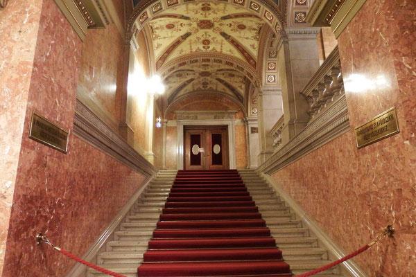 Wow! Aufgang zum Innenbereich der Ungarischen Staatsoper
