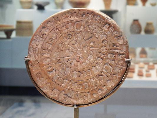 """Museum, Heraklion - Diskos von Phaistos aus der Bronzezeit; Der Diskos ist der erste bekannte """"Druck mit beweglichen Lettern"""" der Menschheit. Zum ersten Mal wurde ein kompletter Textkörper mit wiederverwendbaren Zeichen produziert!"""