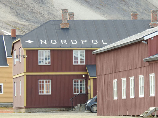 Das Nordpol-Haus ist doch tatsächlich ein Hotel. Für Familienbesuche der 30 Einwohner?