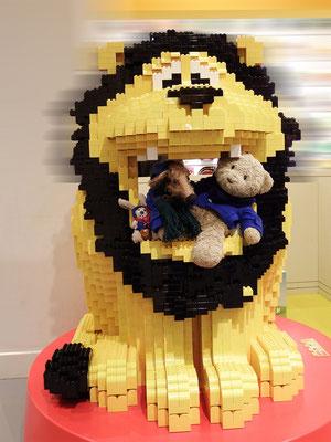 Cäsar, Fredi und Kasimir im Maul eines Lego-Löwens in Kopenhagen