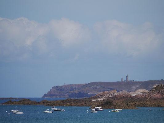Blick vom Strand auf den Leuchtturm Cap Frehels und Fort La Latte