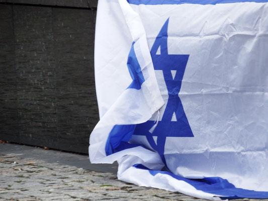 Israelflagge am Fuße des Denkmals der Helden des Warschauer Ghettos